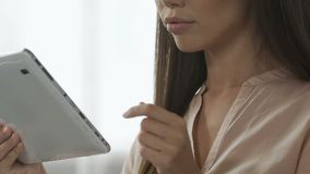 Affärsdam som kontrollerar hennes post på minnestavlahemmet, freelancerarbete som direktanslutet shoppar lager videofilmer