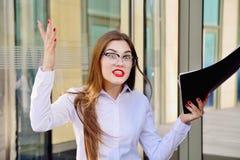 Affärsdamen skriker på underordnader Konversation på hög signal arkivfoton