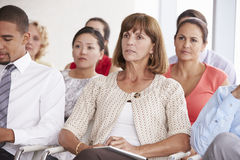 Affärsdelegater som lyssnar till presentationen på konferensen arkivfoton