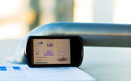 Affärsdiagram med den smarta telefonen Royaltyfria Bilder