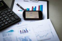Affärsdiagram med den smarta telefonen Arkivbild