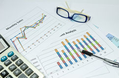 Affärsdiagram och graf med exponeringsglasögat och pennan Arkivfoton