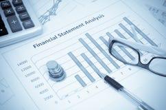 Affärsdiagram och graf med exponeringsglasögat och pennan Royaltyfri Bild
