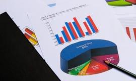 Affärsdiagram och grafer med boken Royaltyfri Bild