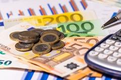Affärsdiagram på finansiell rapport med mynt, räkningar, pennan och räknemaskinen royaltyfri fotografi