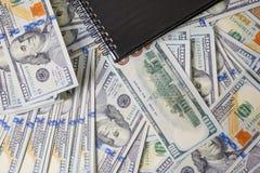 Affärsdiagram på finansiell rapporter, dollar och affärsdiameter arkivfoton
