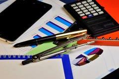 Affärsdiagrammet växer stadigt upp, räknemaskinen, smartphonen, den röda mappen med viktigt rapporter och arbetsplan, pennan och  arkivbild
