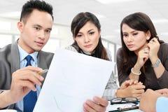 Affärsdiskussion i kontoret arkivbilder