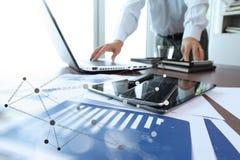 Affärsdokument på kontorstabellen med den digitala minnestavlan Arkivbild