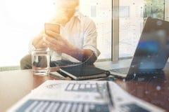 Affärsdokument på kontorstabellen med den smarta telefonen och digitalt royaltyfri bild