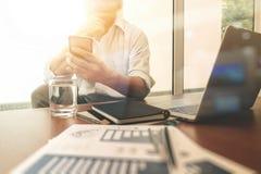 Affärsdokument på kontorstabellen med den smarta telefonen och digitalt royaltyfria foton