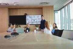 Affärsentreprenörer som diskuterar under möte Arkivbild