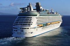 Affärsföretag av det kommande havskryssningskeppet Royaltyfria Bilder