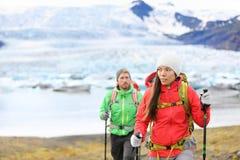 Affärsföretag som fotvandrar folk vid glaciären på Island Arkivbilder