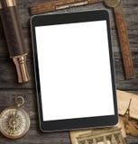 Affärsföretag-, utforskning- och loppbegrepp med modern minnestavlaPC royaltyfri foto