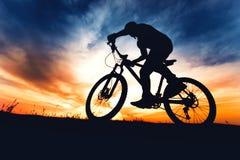 Affärsföretagdag med idrottsman nen på mountainbiket på sommarslingavägen Arkivfoto