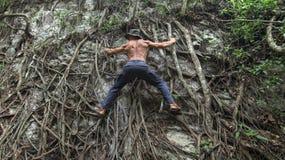 Affärsföretagman i naturlig klätterställning arkivbilder