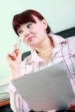 affärsförlagor läser kvinnan Arkivbild