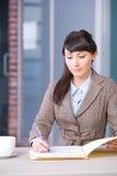 affärsförlagor som undertecknar kvinnan arkivfoto