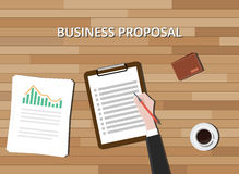 Affärsförslagdokument med skrivplattagrafen och träbakgrund Arkivfoto