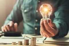 affärsfinans- och besparingmakt sol- energi för ny idé med ac arkivbilder