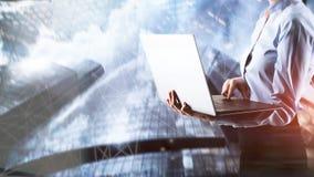 Affärsflicka med bärbara datorn på stadsbakgrund arkivfoto