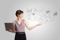 Affärsflickan som framlägger den drog handen, skissar grafer och diagram Arkivbilder