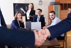 Affärsfolk handshaking Arkivbilder