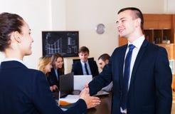 Affärsfolk handshaking Fotografering för Bildbyråer