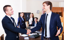 Affärsfolk handshaking Arkivbild