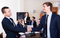 Affärsfolk handshaking Arkivfoto