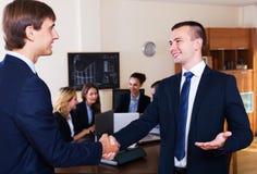 Affärsfolk handshaking Arkivfoton