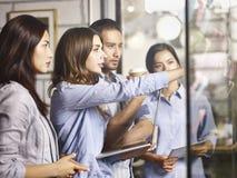 Affärsfolk i det multinationella företaget som tillsammans arbetar arkivfoto