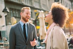 Affärsfolk i en informell konversation fotografering för bildbyråer