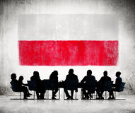 Affärsfolk i ett möte med den polska flaggan Arkivbild