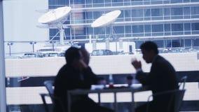 Affärsfolk i möte i flygplats arkivfilmer