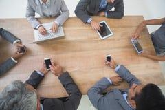 Affärsfolk i möte med nya tekniker Arkivbild