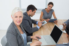 Affärsfolk i möte med nya tekniker Royaltyfria Foton