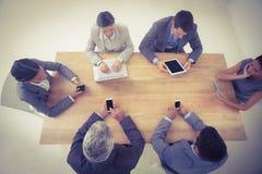 Affärsfolk i möte med nya tekniker Fotografering för Bildbyråer