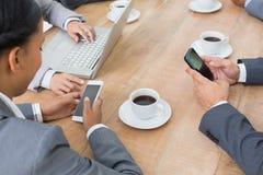 Affärsfolk i möte med nya tekniker Arkivfoto