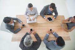 Affärsfolk i möte med nya tekniker Royaltyfri Foto