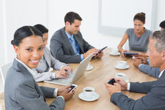 Affärsfolk i möte med nya tekniker Arkivfoton