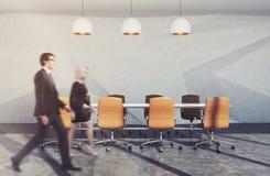 Affärsfolk i modern mötesrum Arkivbilder