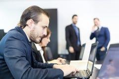 Affärsfolk i modernt företags kontor Royaltyfria Foton