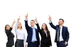 Affärsfolk i rad som upp till pekar och ser kopieringsutrymme Arkivfoton