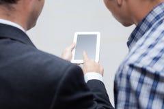 Affärsfolk med den digitala minnestavlan Arkivfoto