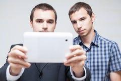 Affärsfolk med den digitala minnestavlan Royaltyfria Bilder