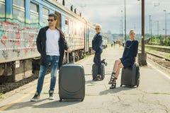 Affärsfolk med resväskan som poserar på järnvägsstationen Royaltyfri Bild