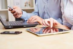 Affärsfolk med tableten Fotografering för Bildbyråer