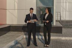 Affärsfolk, medan arbeta nära kontorsbyggnad arkivbilder